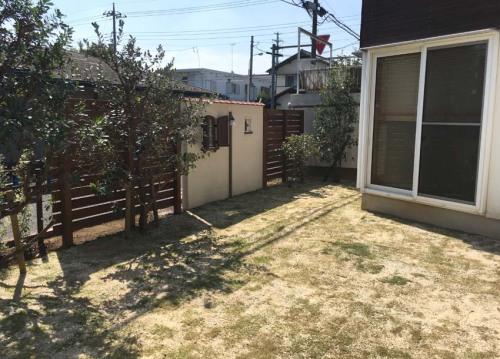 【広く芝生を貼ったリフォーム後の庭の様子】