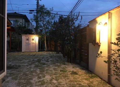 【カンナ物置とパティオに照明を取り付けたお庭の夜の様子】