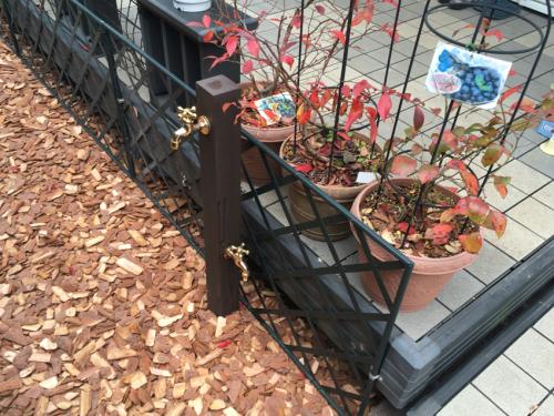 ワンちゃんの足にも優しいバークチップと便利な立水栓を設置したお庭