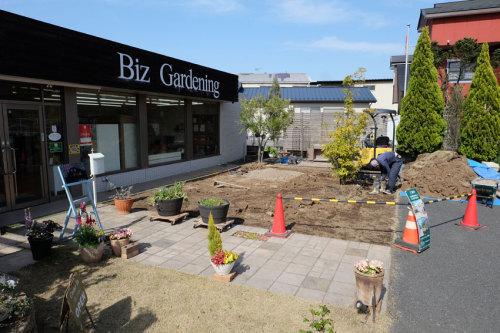店舗前の庭リフォーム工事中の写真