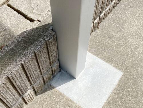 ブロックを削って立てた柱の写真