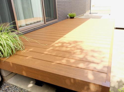 反対側から見たウッドデッキの様子。本物の木材のような見ためです。