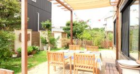 テラスやパーゴラ、パティオに囲まれた、カフェの様なお庭