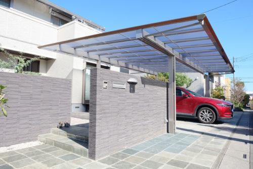 門壁上までカーポートの屋根がはり出している様子