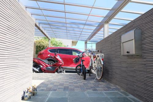 屋根はね出し部分を自転車置き場として使います