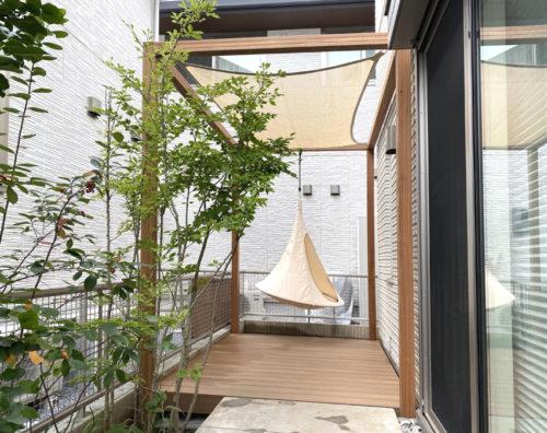 三方を建物に囲まれたお庭にウッドデッキやフレーム、日除け、カクーンと小さいお庭ですが、素敵な空間ができました。