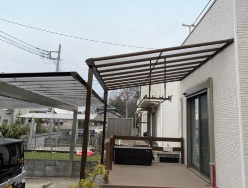 テラス屋根とカーポートを横から見たところ
