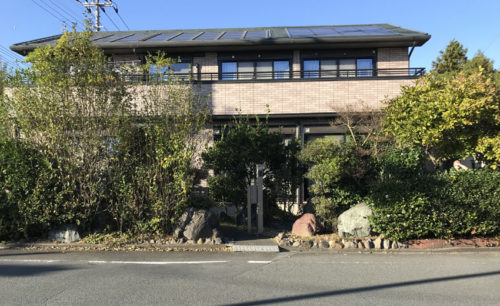 施工前の写真。門周りには大きな石がたくさんあります。