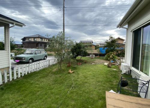 施工前のお庭の様子。一面緑の芝生の広いお庭です。