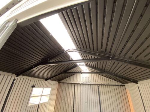 アクティブシェッドの天井。採光スリットがある。