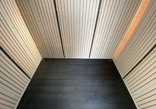 アクティブシェッドの床は枕木風のプラスチック板