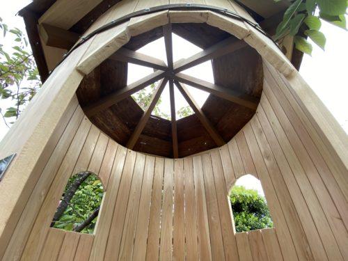 ツリーハウスの中から天井を見た様子。空が見えるように一部屋根は貼っていない。