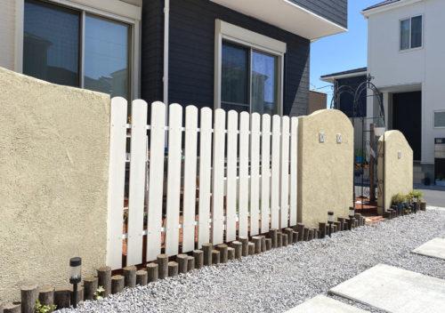 壁の間にアイボリー色のアメリカンフェンスを設置