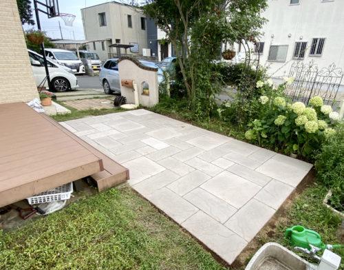 平板を敷いた施工後のお庭